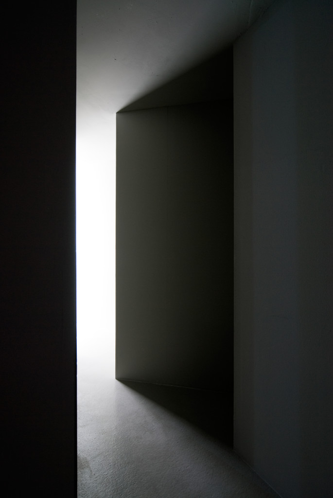 Elín Hansdottír: Vertex, 2009. Sheetrock, aluminium profiles, mirrors, fluorescent tubes. Courtesy of the artist and i8 Gallery.
